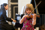 Ein Nachwuchstalent auf der Violine.