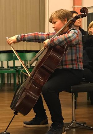 """Cellist spielt bei """"Klangspürchen trifft den Weihnachtsmann""""."""