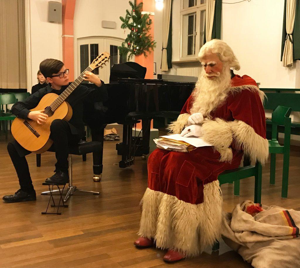"""Der """"Nikolaus"""" Peter Kampschulte lauscht den Darbietungen junger hochfränkischer Musiker zu den """"Klangspürchen""""."""