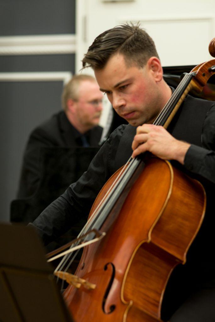 Mit Markus Jung (Cello) widmet sich Dr. Wolfram Graf (Klavier) in Rehau zeitgenössischer Musik aus eigener Feder.