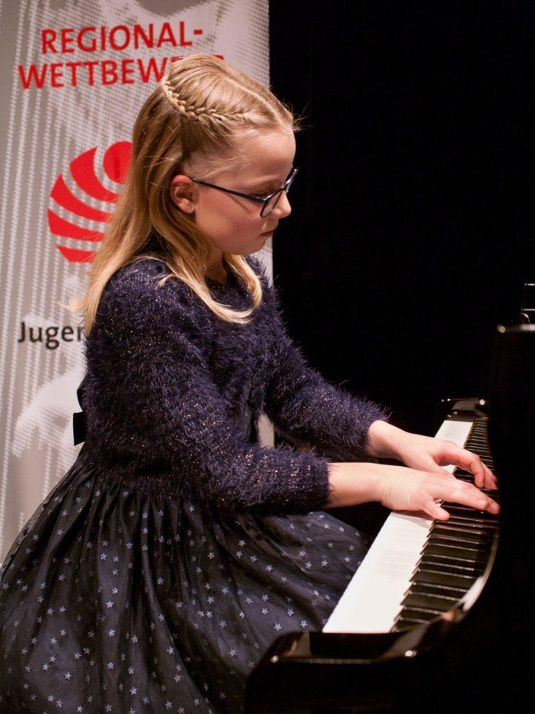 """Dana Schörner (AG II) spielt im Preisträgerkonzert  """"Arabesque der Welle"""" von Akira Miyoshi."""