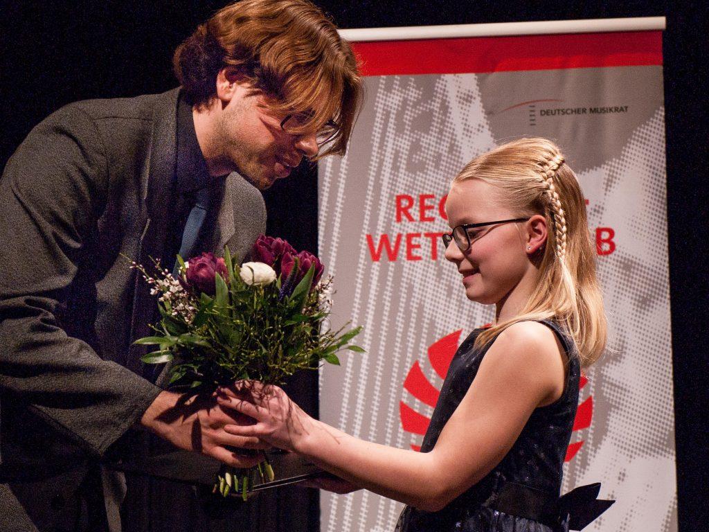 Markus Jung (1. Vorsitzender des TKV Hochfranken) gratuliert der frischen  Sonderpreisträgerin 2020.