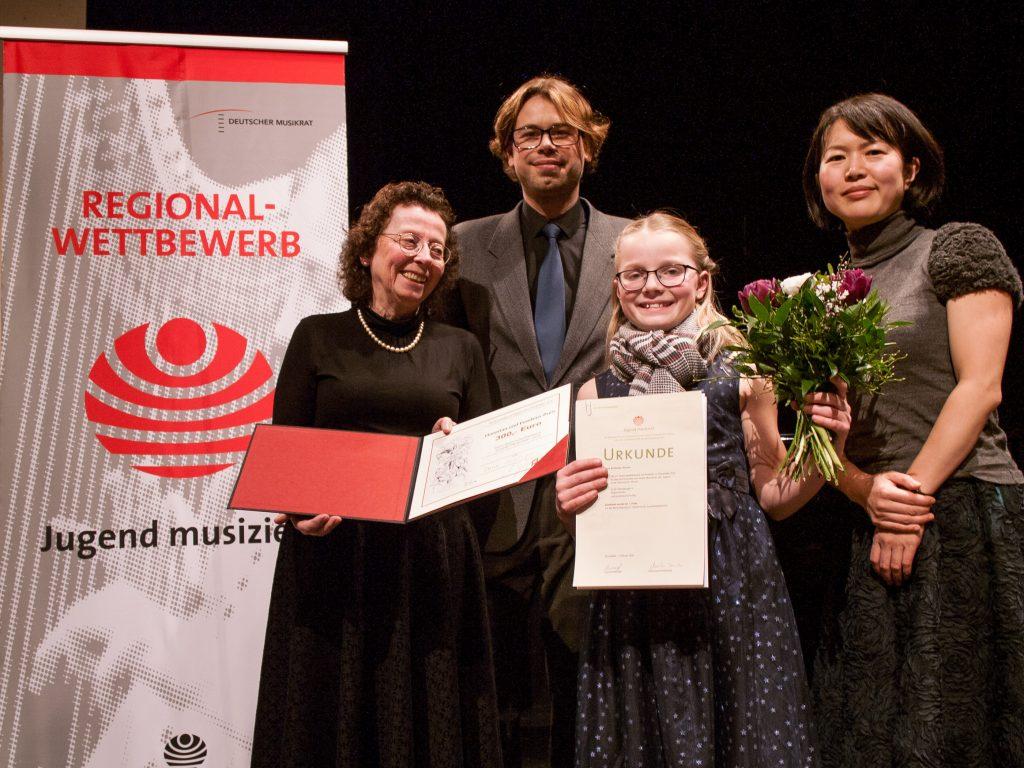 Christa Klie (2. Vorsitzende), Markus Jung, Dana Schörner und ihre Lehrerin Yasuko Sugimoto-Shestiperov (v.l.n.r.)